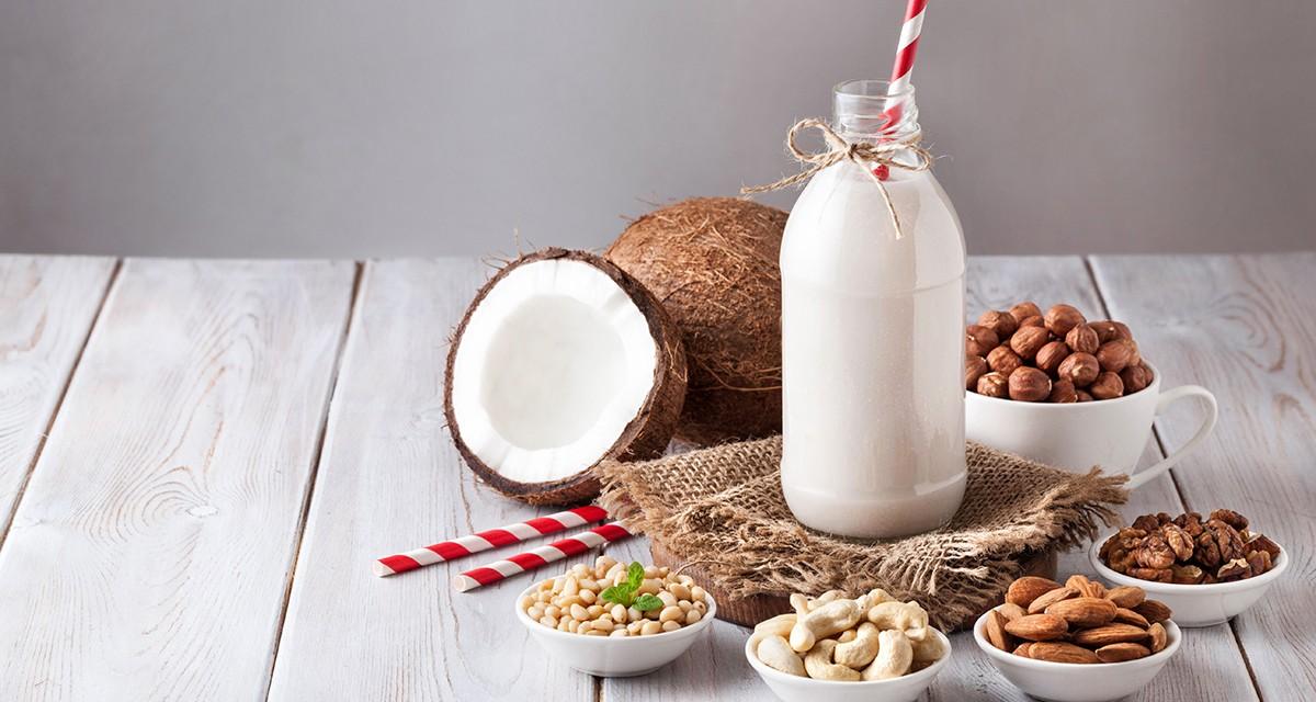 Czym zastąpić mleko? Poznaj popularne napoje roślinne