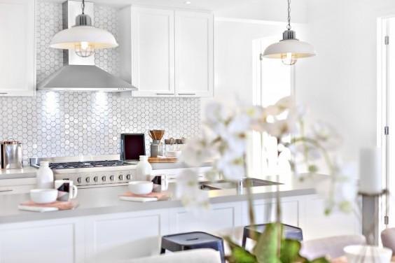 Lampy wiszące do kuchni: czym powinny się wyróżniać?